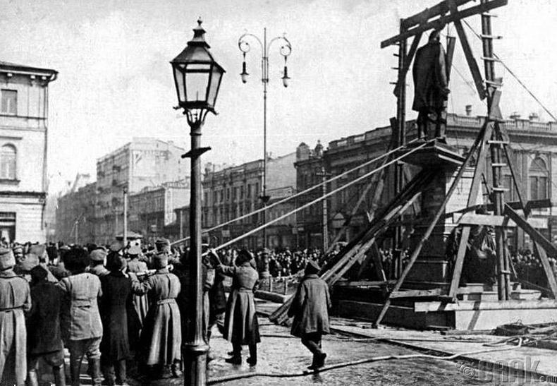 Киевийн төвд байсан Столыпины хөшөөг 1917 оны үед нураасан