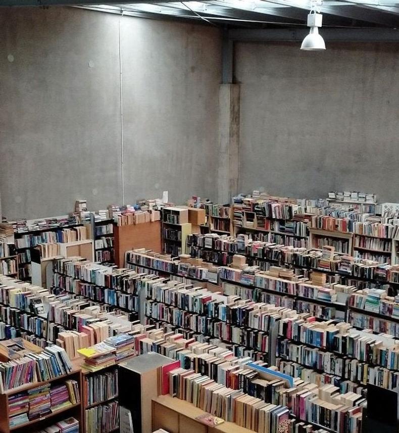 """""""Би хуучин номын дэлгүүрт ажилладаг юм. Номоор дүүрэн 3 агуулахын нэг нь бараг үргэлж ийм байдаг."""""""