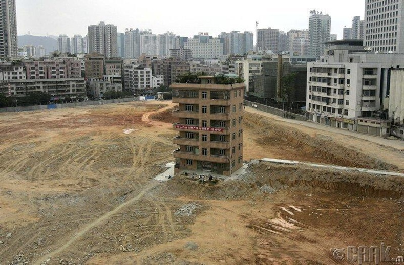 Шеньжэний бизнес дүүргийн ирээдүйн санхүүгийн төвийн барилгын талбай дээр ганцаараа үлдсэн зургаан давхар байшин.
