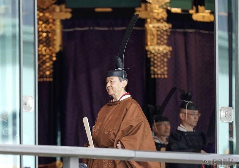 Японы эзэн хаан Нарухито ёслол дууссаны дараа гарч ирж байгаа нь