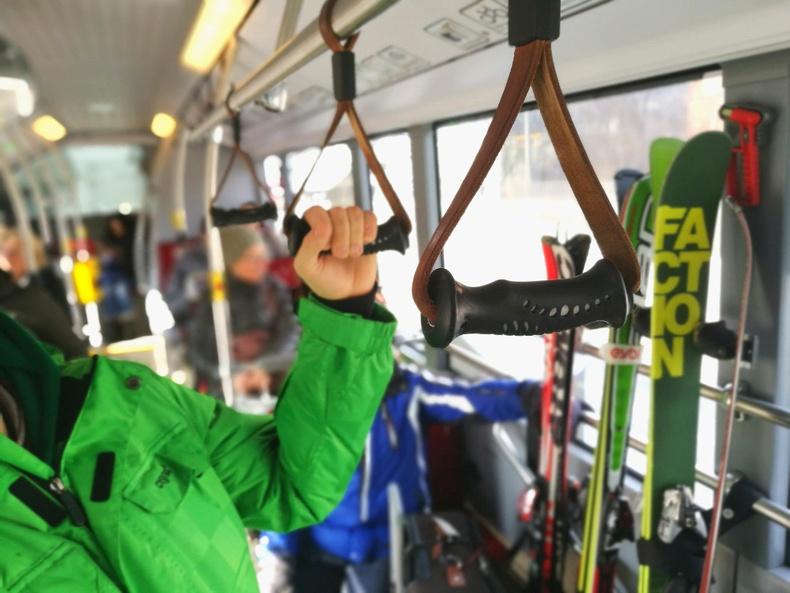 Австрийн зарим автобусны бариулыг хуучин цанын таягны бариулаар хийсэн байдаг