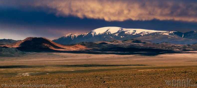 Алтайн нурууны цаст ноён оргилуудын нэг Сутай хайрхан