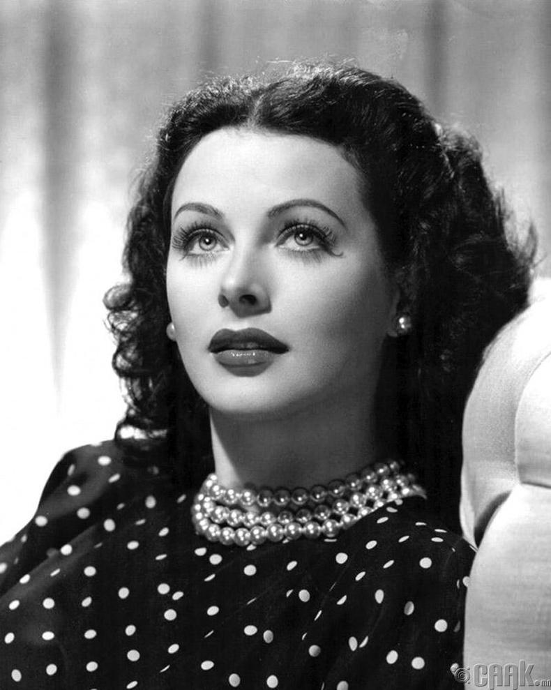 Жүжигчин зохион бүтээгч Хеди Ламар (Hedy Lamarr). Тэрбээр өнөөгийн утасгүй холбооны технологийн үндсийг тавьсан бүсгүй юм