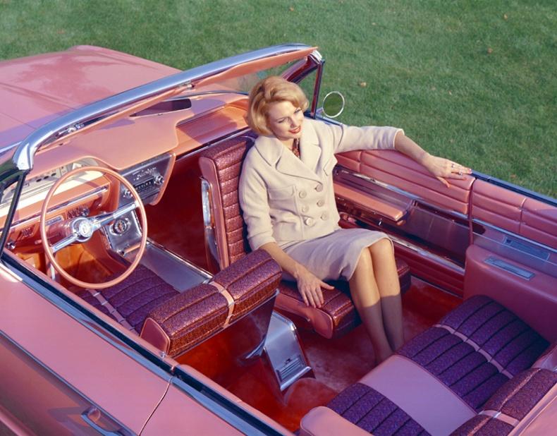 1961 оны Buick Flamingo машины зорчигчийн эргэдэг суудал
