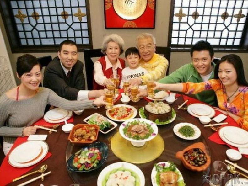 Хятадад гэртээ биш гадуур хүн дайлбал хамаагүй хямд тусдаг