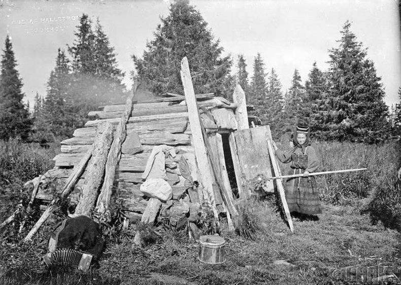 Модон сууцныхаа гадаа зогсож буй эмэгтэй - Хаант Орос улсын үеийн Архангельск муж, 1910 он