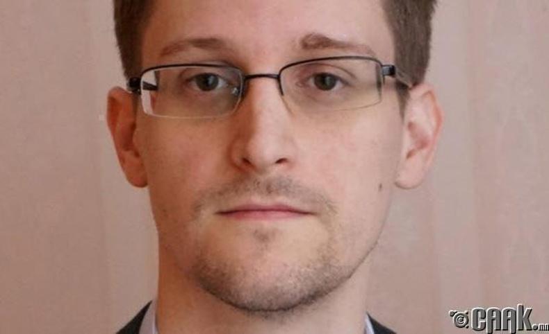 Интернэтэд бухимдлаа гаргадаг Эдвард Сноуден