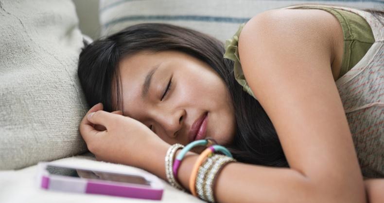 Гар утсаа толгойныхоо хажууд тавьж унтахад юу болдог вэ?