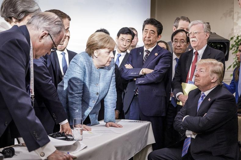 """""""Их 7""""-ын уулзалтын үеэр бусад улсуудын төрийн тэргүүнүүдтэй ярилцаж буй нь (2018.7.9)"""