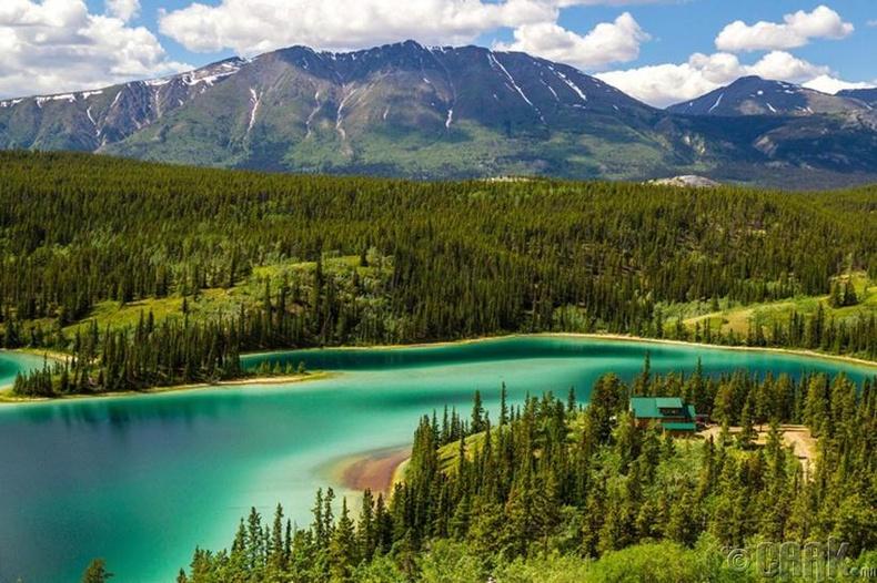 Канадад дэлхийн бусад орнуудынхыг нийлүүлснээс ч илүү олон нуур байдаг. Дэлхий дээрх бүх нууруудын 60 хувь нь Канадад бий.