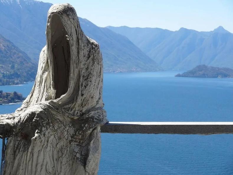 Италийн Комо нуур дээрх сүртэй хөшөө.