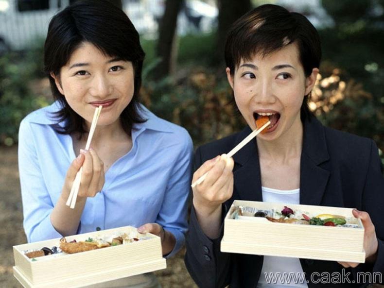 Хоолоо дугаргаж, сорж идэх нь хүндэтгэлтэй зүйлс