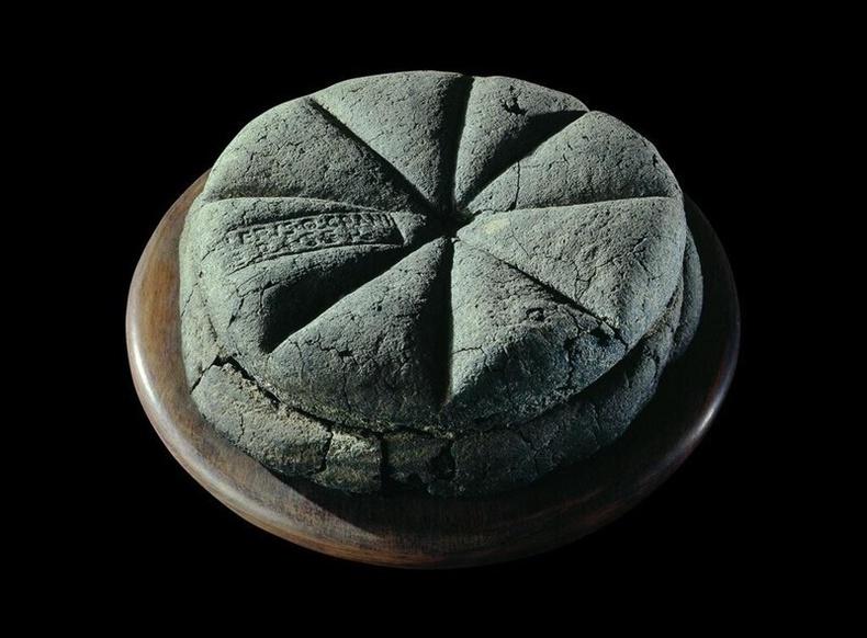 """""""Боол Celer-ийн өмч"""" гэсэн тамгатай талх. МЭ 79 он"""