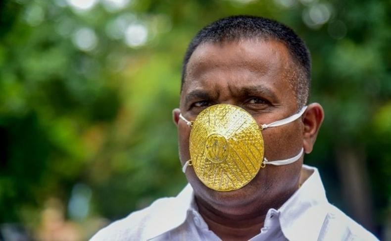Энэтхэг эр коронавирусээс сэргийлэхийн тулд алтан маск хийлгэжээ