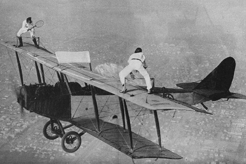 Агаарын акробатчин Глэдис Рой, Иван Унгер нар онгоцон дээр теннис тоглож байна (1918)