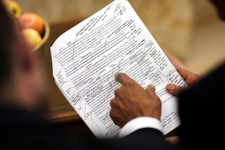 Ерөнхийлөгч асан Барак Обама туслахуудын бэлдэж өгсөн үгийг зассан байгаа нь