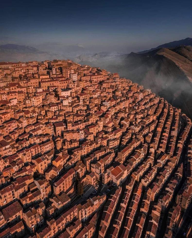 Италийн Сицили арал дээрх нэгэн хот