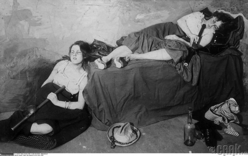 1850-аад оны үед анхны хятад цагаачид Америкийг зорихдоо өөрсдийн хар тамхины соёлыг хамт аваачиж, түгээн дэлгэрүүлжээ