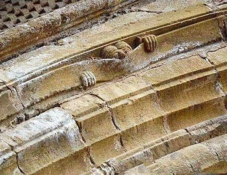 Дундад зууны хошигнол: Конка дахь Сент-Фойсын сүм, ойролцоогоор 1050 оны үе.