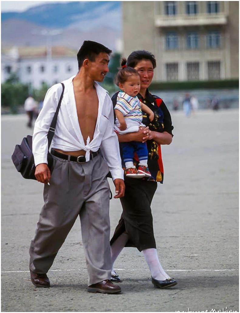 Сүхбаатарын талбайгаар алхах залуу гэр бүл