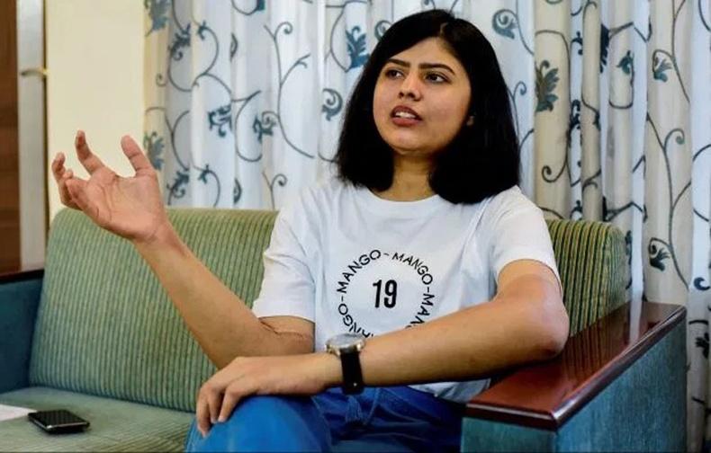 Эрэгтэй хүний гар шилжүүлэн суулгуулсан Энэтхэг охины биед гайхамшиг тохиолджээ