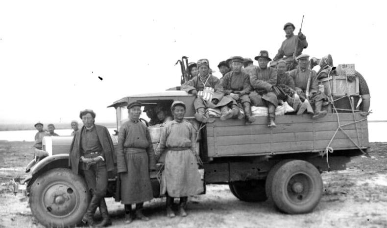 Ачааны машины тэвш дээр суун нийслэл зорьж буй иргэд - 1940-өөд он