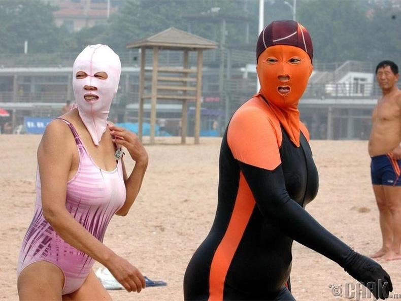 Хятадууд нүүрний арьсаа цагаан байлгахын тулд наран шарлагын газарт ч нүүрээ хамгаалдаг
