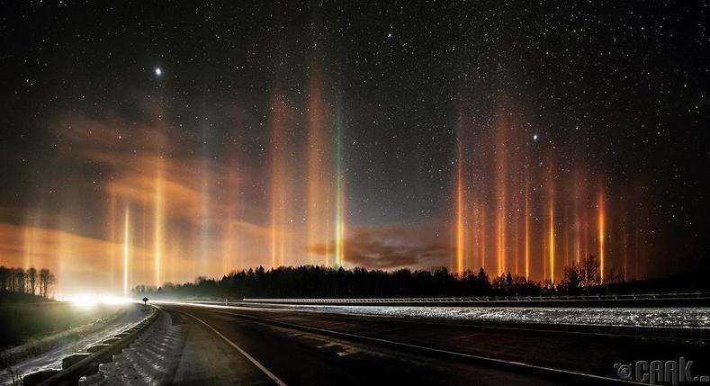 Тусч буй гэрэл агаар дахь мөсний талстуудад ойсноор зурган дээрх үзэсгэлэнтэй багананууд бий болдог