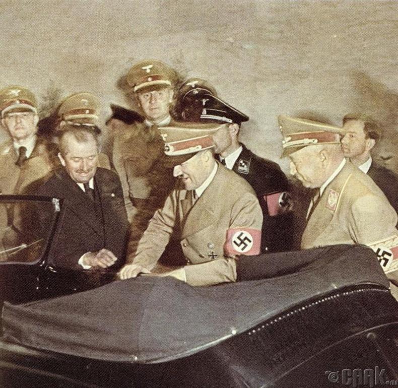 Фердинанд Порше, Гитлерийн төрсөн өдрөөр машин бэлэглэж байгаа нь, 1939 он