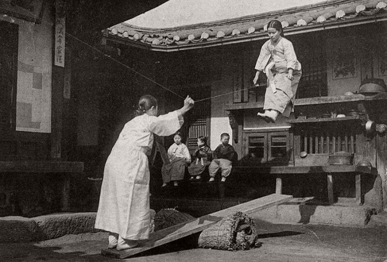 Дүүжин даажин тоглож буй охид - Сөүл, 1900-аад он