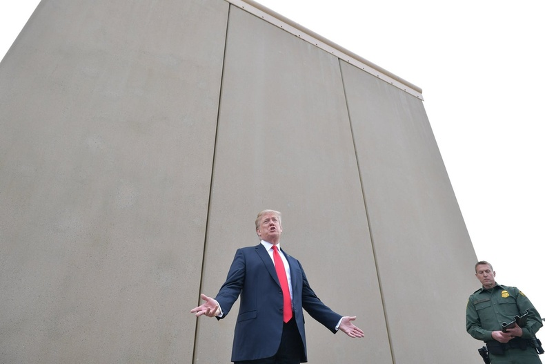 Мексикийн хил дагуу баригдах хананы загварыг шалгаж буй нь (2018)