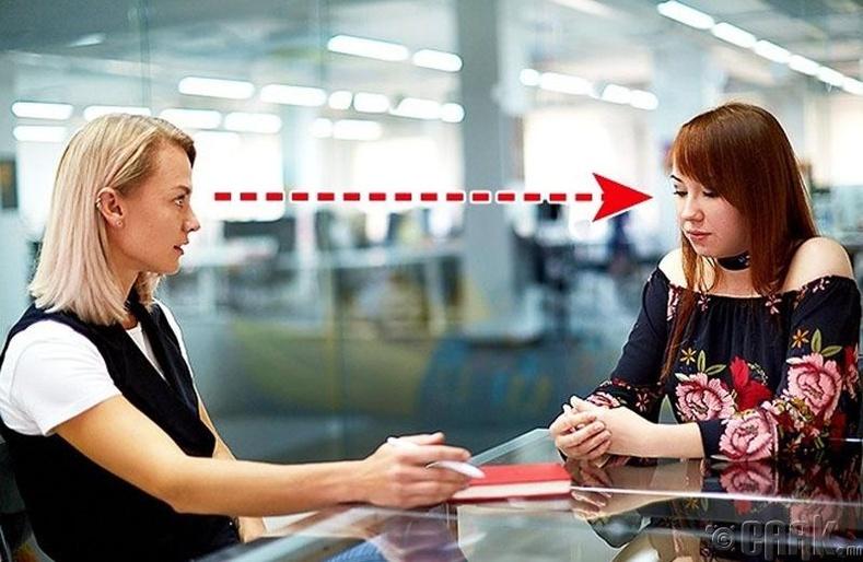 Ярилцлага авч байгаа хүнийхээ нүд рүү харах