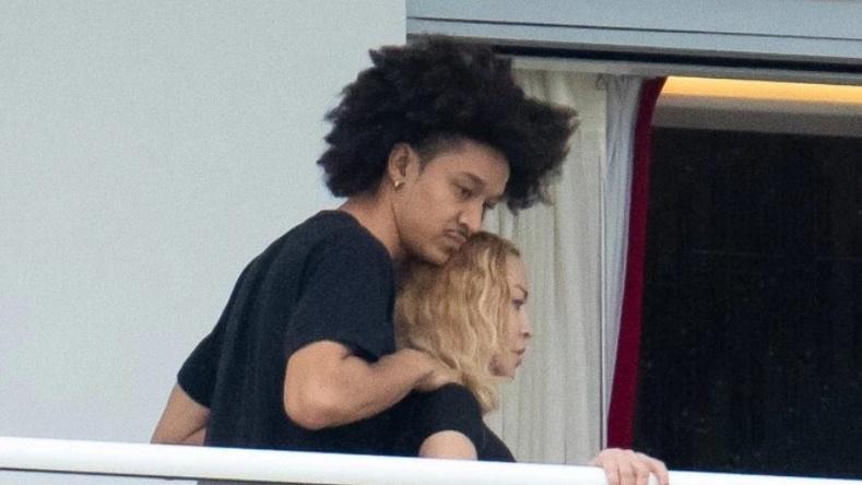 """Мадонна нялх амрагаа олонд """"харуулжээ"""""""