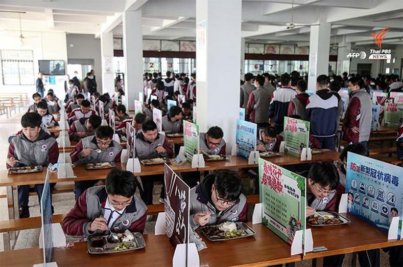 Хятадын сурагч нар хоолоо идэж байгаа нь