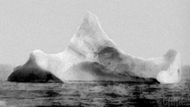 1912 оны 4-р сарын 15-ны өдөр Атлантын далайд Титаник хөлгийн мөргөж живсэн мөсөн уул
