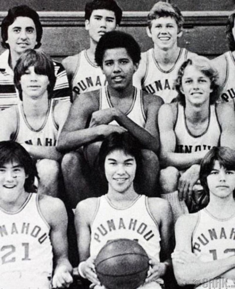 Барак Обама (Barack Obamа) ахлах сургуулийн сагсны багт байжээ