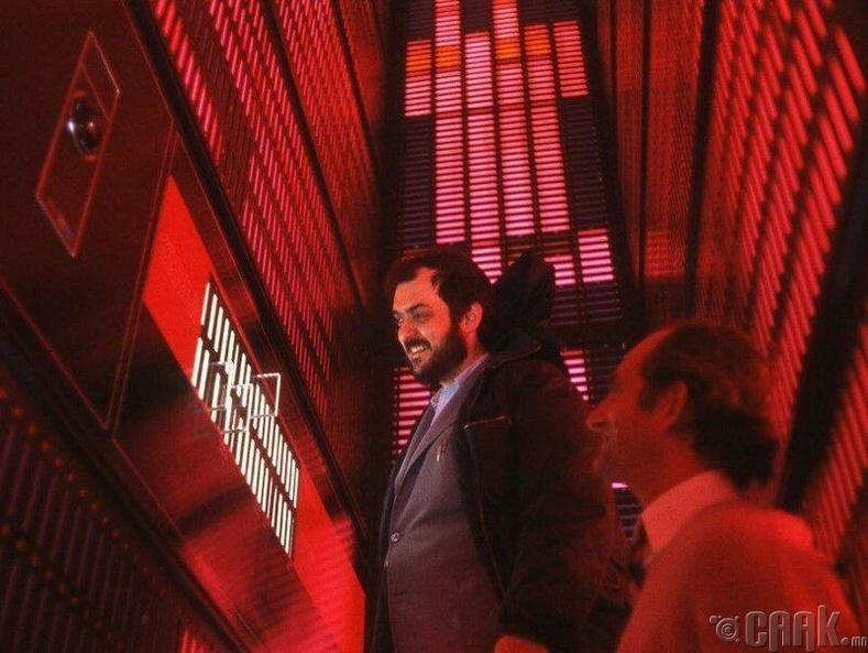 """""""Space Odyssey 2001"""" киноны  HAL 9000 компьютерийг шалгаж буй нь"""