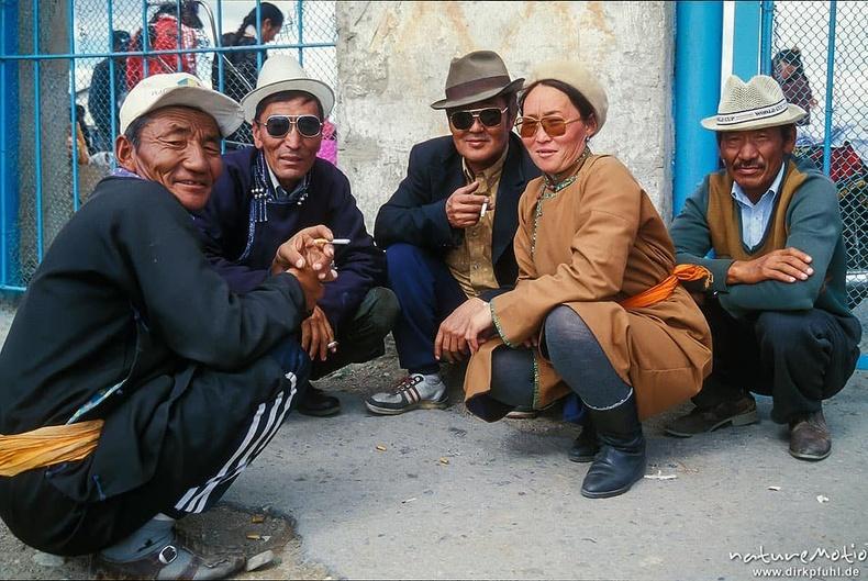 Зах дээр тамхилан суух иргэд (Ховд хот, 1997 он)