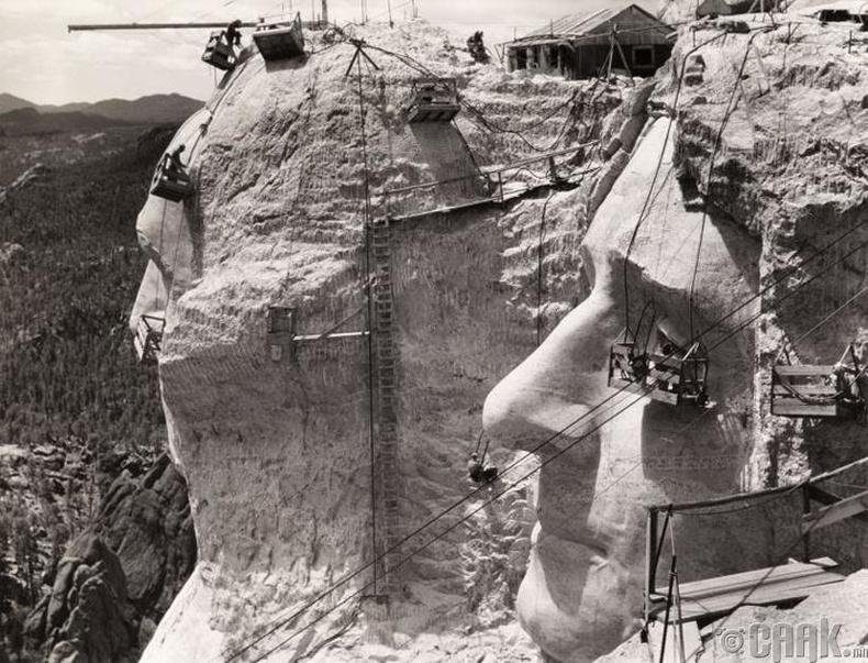 Рашмор ууланд ерөнхийлөгч нарын дүрийг сийлэх ажил явагдаж байна - 1939 он