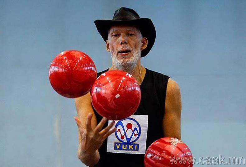 Боулингийн бөмбөгөөр жонглёрдсон хүн