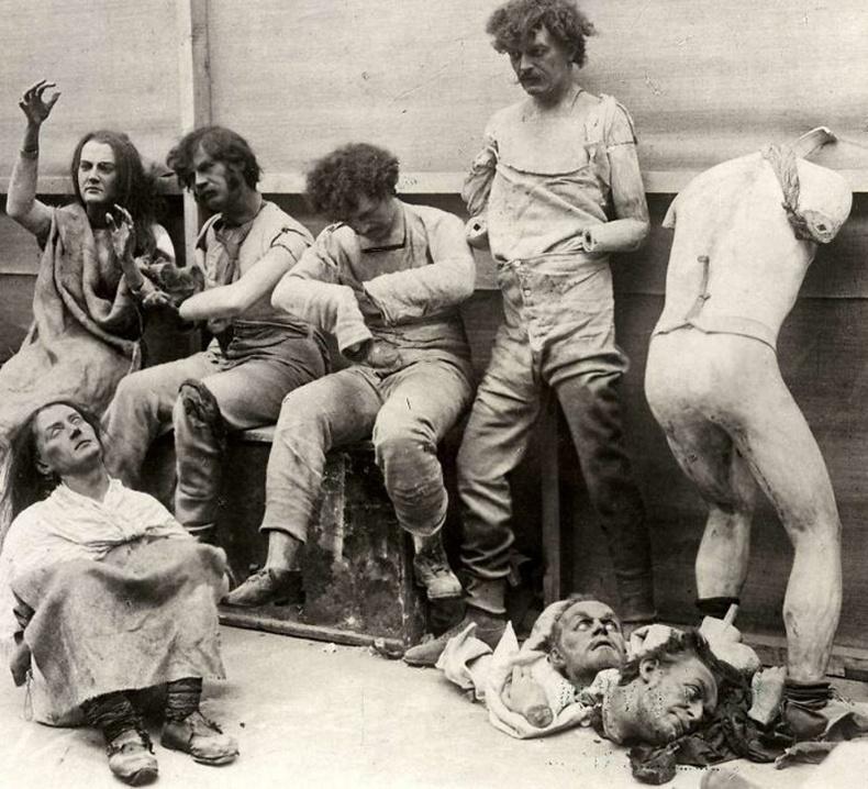 """Лондонгийн """"Мадам Тюссо"""" музейд гал гарсны дараа тэндхийн лааны тосон баримлуудыг гаргаж тавьсан байгаа нь - 1925"""