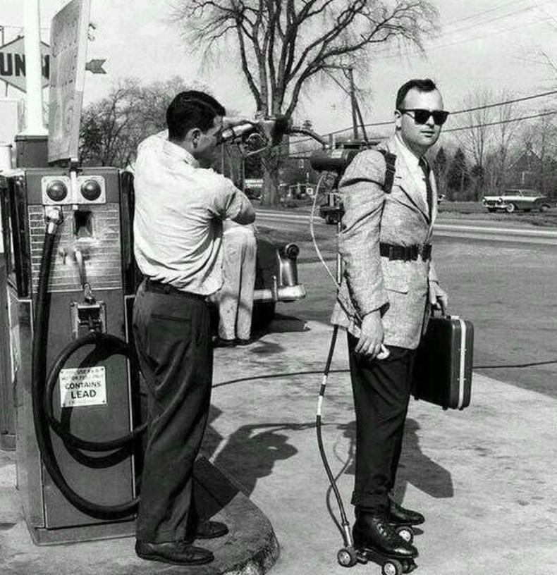 Өөрөө явагч тэшүүрэндээ түлш хийлгэж буй эр - АНУ, Коннектикут (1961)