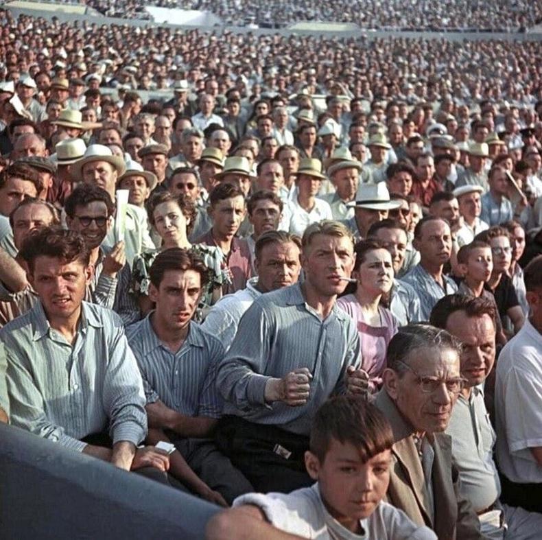 Динамо цэнгэлдэхэд цугласан үзэгчид - Москва, 1956