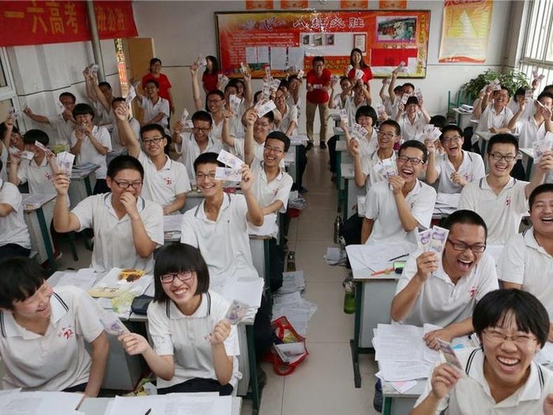 Хэбэй мужийн ахлах сургуулиас сурагчдынхаа шалгалтад амжилт хүсэж, тус бүр таван юан өгсөн нь