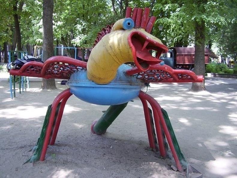 Хаягдлаар бүтээсэн аймшигт шувуу