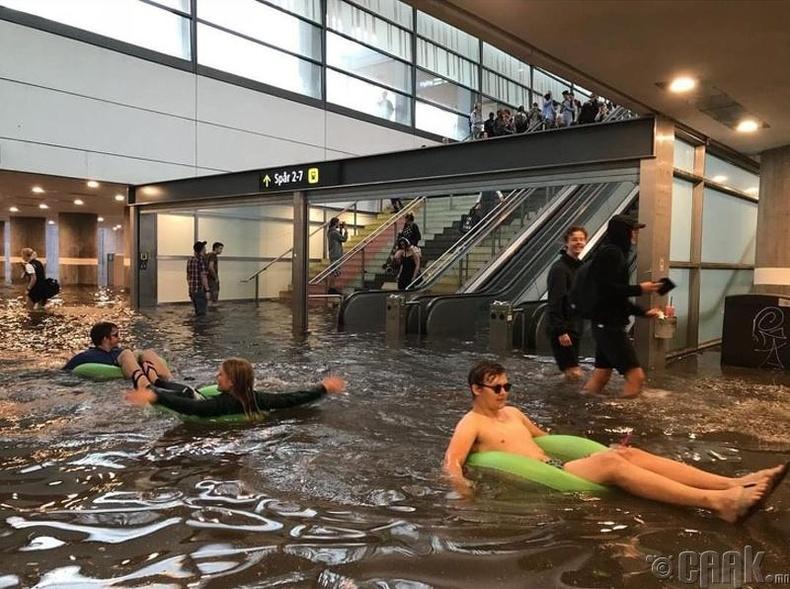 Үргэлж өөдрөг байдаг Шведүүд үерт автсан метроны буудлыг бассейн болгон ашиглажээ
