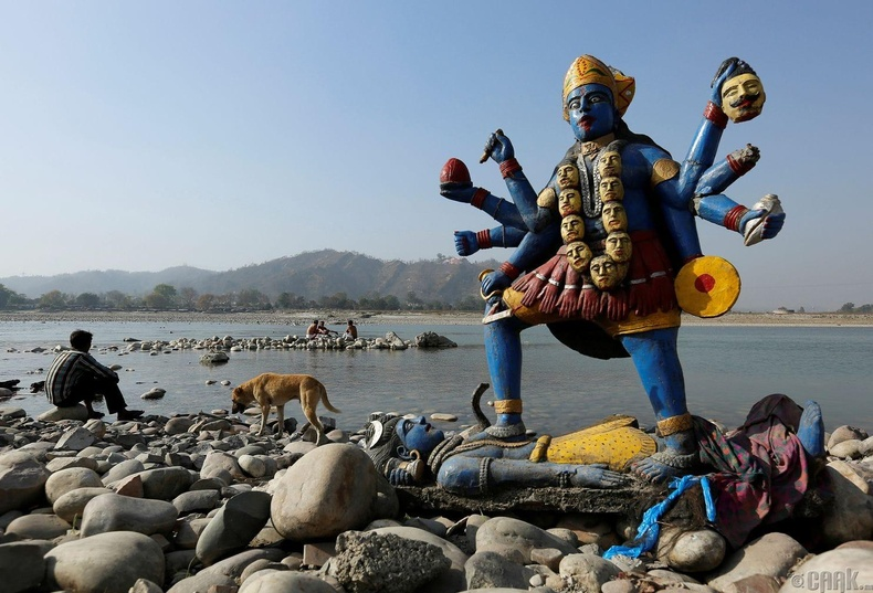 Хиндү шашны Кали бурхны дүрийг Ганга мөрөнд дүрж аравнайлсны дараа