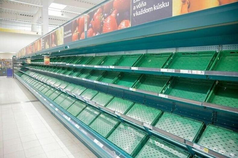 """Словак дахь """"Теско"""" сүлжээ дэлгүүр нэгэн өглөө жимс ногооны лангуугаа хоосолж, хэрэв зөгий, эрвээхэй устчихвал амьдрал ямар байхыг хүмүүст харуулжээ"""