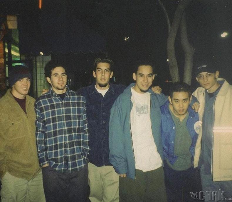 Дуучин Честер Беннингтон (Chester Bennington) болон Линкин Парк хамтлагийн хамтдаа авахуулсан хамгийн анхны зураг, 1997 он