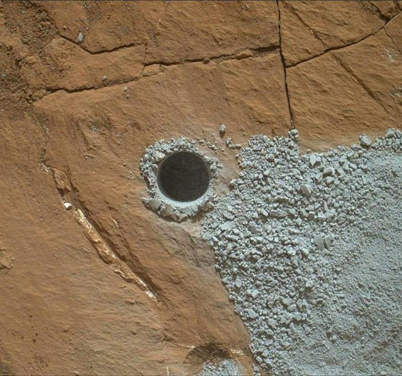 """""""Curiosity"""" хөлгийн Ангараг дээр ухсан нүх"""